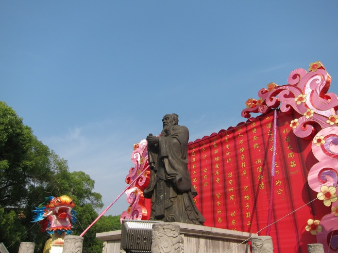 Statue of Confucius at entrance to grounds of Confucius Temple, Jianshui.
